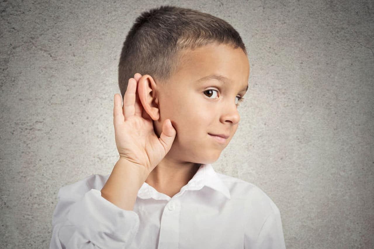 Un enfant souffrant de troubles auditifs