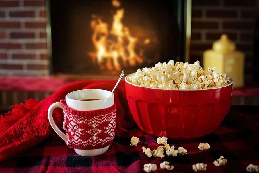 Un café et des pop corn devant un feu de cheminée